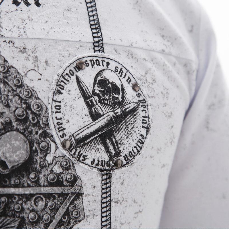 Белая футболка с черепом на груди
