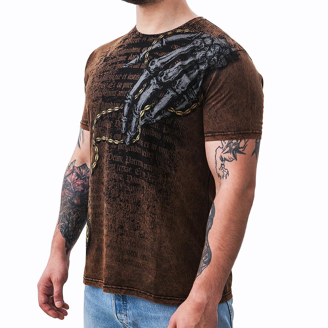 """SpareSkin. Брутальная одежда с принтами. - Товары - <strong>Состав:</strong> хлопок 100%. Футболка изготовлена из 100% хлопка пенье. Это хлопок высшего качества, получающийся из длинных нитей. Ткань отличается особой прочностью, практически не мнётся, при этом она очень лёгкая и гладкая. Благодаря специальной обработке волокон, ткань со временем не деформируется, не растягивается, не покрывается катышками. <strong>Печать: </strong>вытравная. Краска наносится внутрь волокон, благодаря чему принт не выцветает и не смывается. Изображение не """"запечатывается"""", ткань продолжает """"дышать"""" независимо от размера принта. <strong>Дополнительно:</strong> Варка, печать элементов золотой краской. <a href=""""https://spareskin.ru/wp-content/uploads/2019/09/новая_Мужская-футболка_размерная-сетка_2-scaled.jpg""""><img class=""""alignnone size-medium wp-image-172122222"""" src=""""https://spareskin.ru/wp-content/uploads/2019/09/новая_Мужская-футболка_размерная-сетка_2-625x400.jpg"""" alt="""""""" width=""""625"""" height=""""400"""" /></a>"""