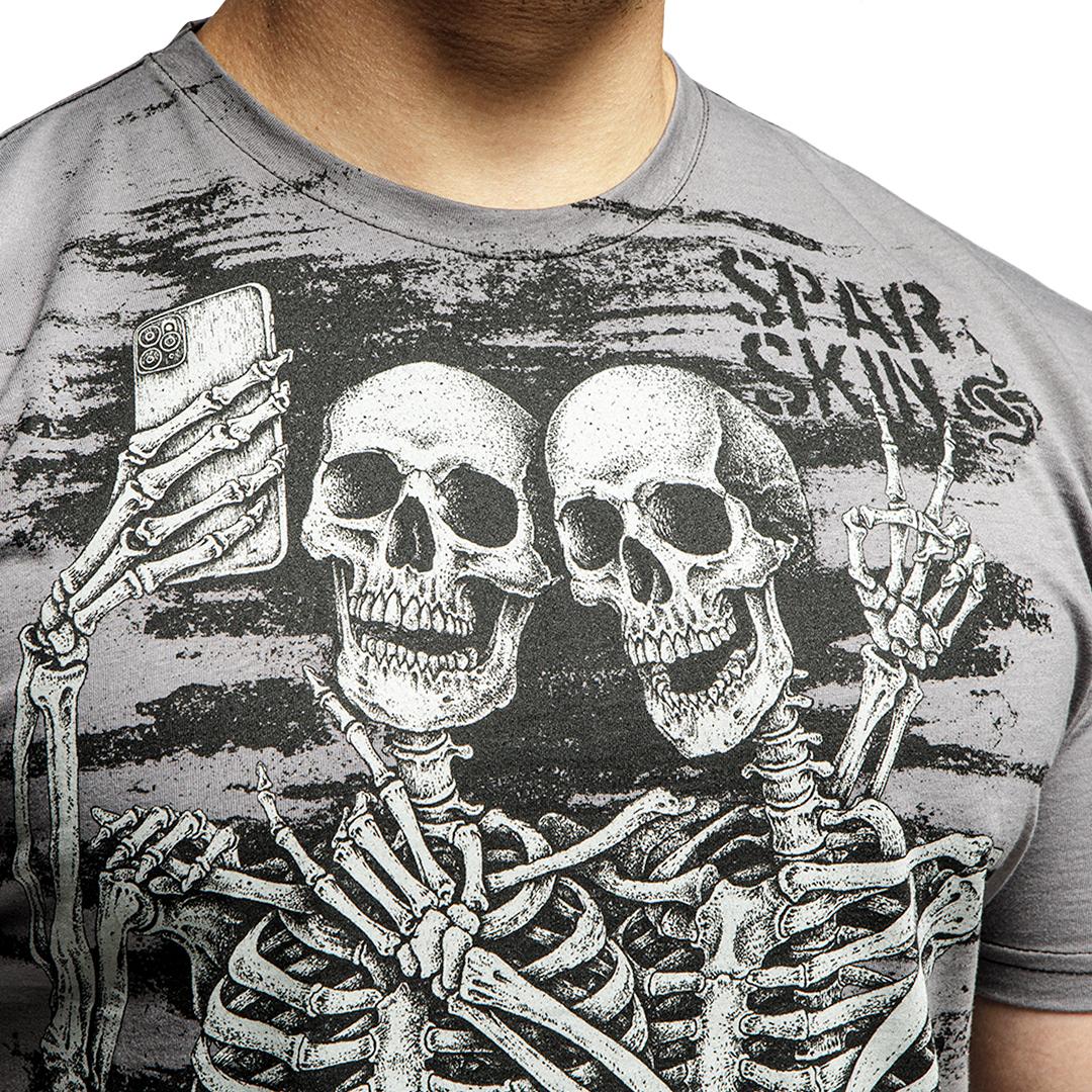 2 скелета делают фото, футболка