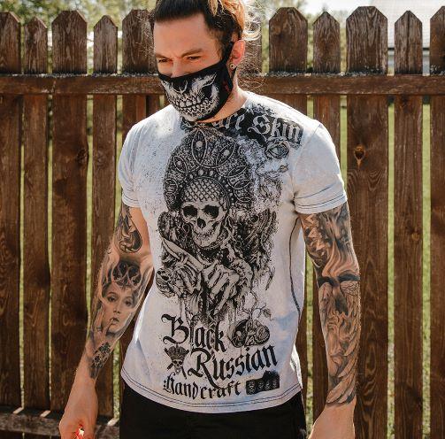 футболка с черепом в кокошнике на груди