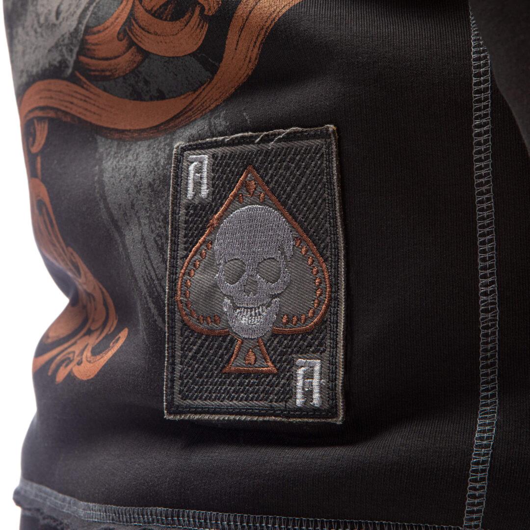 """SpareSkin. Брутальная одежда с принтами. - Товары - <div> <strong>Состав:</strong> хлопок пенье 95%, полиэстер 5%, начёс. Свитшот изготовлен из 3х-ниточного футера премиум-качества, сделанного на заказ. Благодаря уникальной пропорции материалов свитшот не деформируется, сохраняя первоначальный внешний вид долгое время. Основной материал Пенье – хлопок высшего качества из длинных нитей. Ткань отличается особой прочностью, практически не мнётся, при этом она очень лёгкая и гладкая. <strong>Печать:</strong>вытравная. Краска наносится внутрь волокон, благодаря чему принт не выцветает и не смывается. Изображение не """"запечатывается"""", ткань продолжает """"дышать"""" независимо от размера принта. <strong>Дополнительные элементы:</strong> <div>Декоративные нашивки в виде неотёсанных шевронов.</div> </div>  <div></div> <div></div> <a href=""""https://spareskin.ru/wp-content/uploads/2021/02/размерная-сетка_AceOfSpades-scaled-1.jpg""""><img class=""""alignnone size-medium wp-image-172276978"""" src=""""https://spareskin.ru/wp-content/uploads/2021/02/размерная-сетка_AceOfSpades-scaled-1-566x400.jpg"""" alt="""""""" width=""""566"""" height=""""400"""" /></a>"""